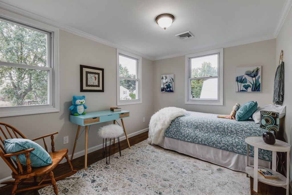 small bedrooms need staging to show function + Roslyn Heights NY